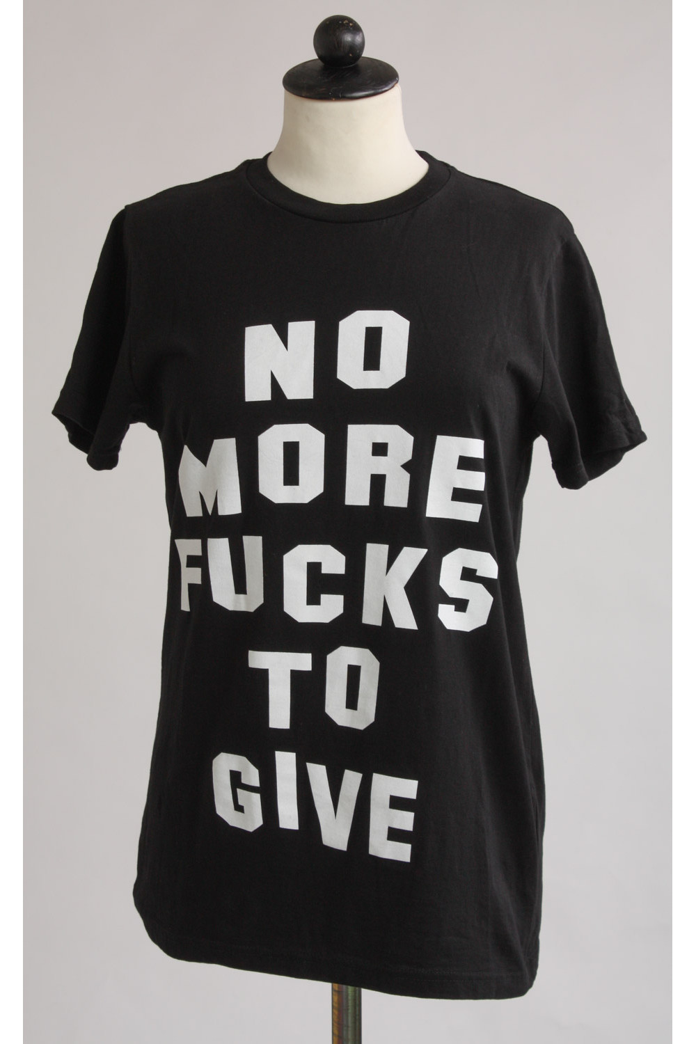 """T-shirt med tryck """"No more fucks to give!"""", stl S"""